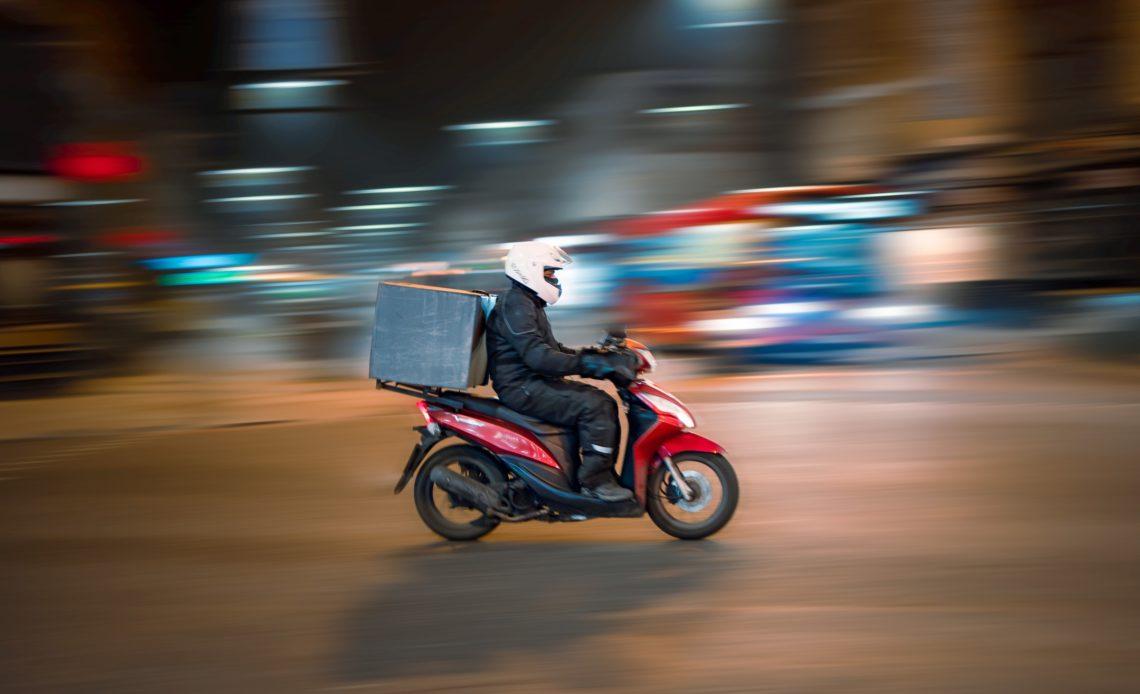 Livreur de repas à moto