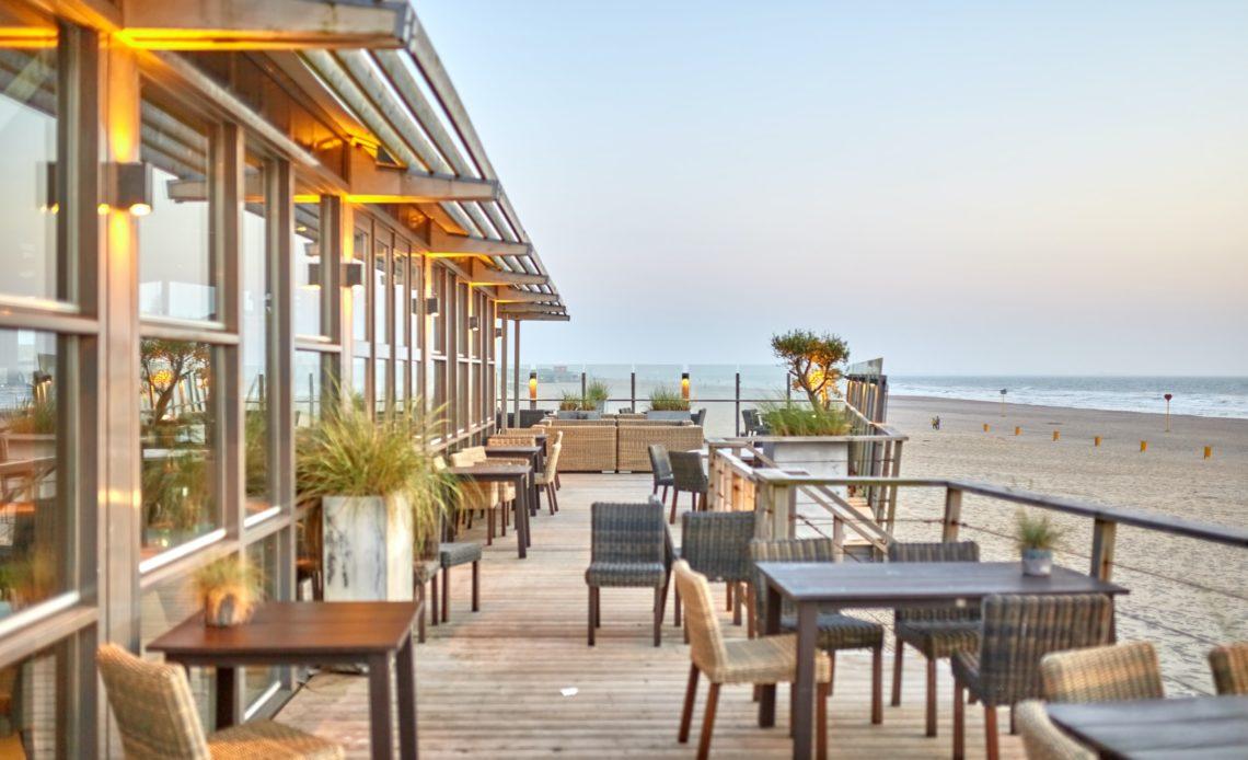 Terrasse de restaurant au bord de la mer